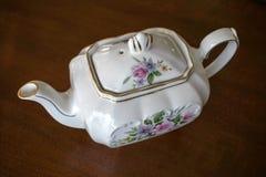 Mirada abajo en un pote del té en la tabla de madera oscura Imagen de archivo