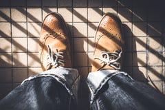 Mirada abajo hacia un par de zapatos Foto de archivo libre de regalías