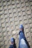 Mirada abajo los zapatos azules y los vaqueros Imagenes de archivo