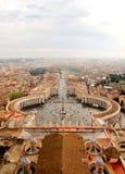 Mirada abajo sobre la plaza San Pedro en la Ciudad del Vaticano Fotos de archivo