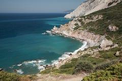 Mirada abajo sobre una playa de Skiathos fotos de archivo libres de regalías