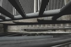 Mirada abajo a través de las escaleras del parking foto de archivo