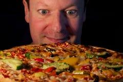Mirada adelante para comer una pizza vegetariana Imagen de archivo libre de regalías