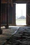 Mirada afuera a través de la puerta de los cuarteles - Auschwitz Birkenau Foto de archivo