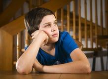 Mirada agujereada muchacho adolescente Foto de archivo libre de regalías