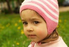 Mirada al aire libre del niño lindo con interés Imagenes de archivo