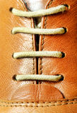 Mirada ascendente del cierre del cordón de zapato Fotos de archivo libres de regalías