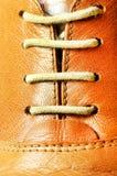 Mirada ascendente del cierre del cordón de zapato Fotografía de archivo