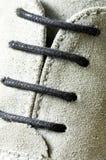 Mirada ascendente del cierre del cordón de zapato Fotos de archivo