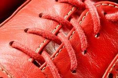 Mirada ascendente del cierre rojo del cordón del zapato Imagenes de archivo