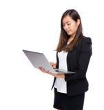 Mirada asiática de la mujer de negocios en el ordenador portátil Imágenes de archivo libres de regalías