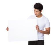 Mirada asiática del hombre abajo de la cartulina blanca Imagen de archivo libre de regalías
