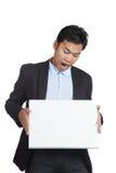 Mirada asiática del pánico del hombre de negocios en una muestra en blanco Fotografía de archivo libre de regalías