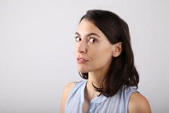 Mirada atractiva de la mujer de la manera misteriosa Imagenes de archivo