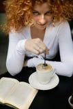 Mirada atractiva de una mujer en un café de la calle del estilo de París Imagen de archivo libre de regalías