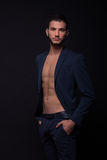 Mirada atractiva del ABS del hombre de la chaqueta descamisada del traje Fotos de archivo libres de regalías