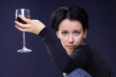 Mirada atractiva y vidrio de vino Foto de archivo