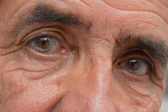 Mirada azul de un viejo hombre imagenes de archivo