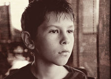 Mirada blanco y negro del niño joven del muchacho Imagen de archivo