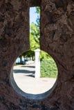 Mirada concreta del agujero del medievil de la pared a través imagen de archivo libre de regalías