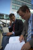 Mirada de dos hombres de negocios Foto de archivo libre de regalías