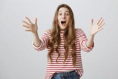 Mirada de grito de la muchacha hacia fuera para prevenir desastre Mujer atractiva nerviosa y preocupante que grita y que tira de  Imágenes de archivo libres de regalías
