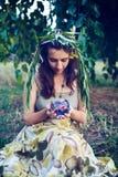 Mirada de hadas hermosa en la lámpara mágica foto de archivo libre de regalías