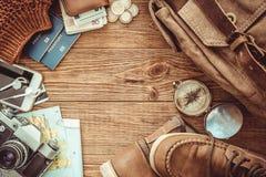 Mirada de imagen del concepto que viaja, artículos esenciales de las vacaciones petate imagen de archivo