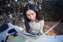 Mirada de jadeo chocada de la mujer asiática en el papel Fotos de archivo