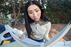 Mirada de jadeo preocupada de la chica joven en el cuaderno Fotografía de archivo libre de regalías