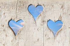 Mirada de la dimensión de una variable del corazón hacia fuera en puerta de madera Imagen de archivo libre de regalías