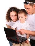 Mirada de la familia en el cuaderno foto de archivo libre de regalías