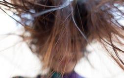 Mirada de la muchacha abajo con la falta de definición sucia del pelo Foto de archivo