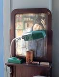 Mirada de la mujer en el espejo Foto de archivo