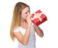 Mirada de la mujer en el giftbox Foto de archivo libre de regalías