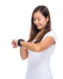 Mirada de la mujer en el reloj elegante Foto de archivo libre de regalías