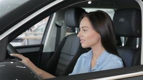 Mirada de la mujer hacia fuera la ventana del coche almacen de metraje de vídeo