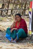 Mirada de la mujer mayor en el edificio derrumbado después del desastre del terremoto Fotos de archivo libres de regalías