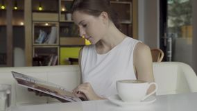 Mirada de la mujer a través del menú almacen de video
