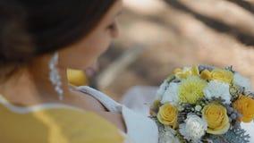 Mirada de la novia en su ramo de la boda almacen de metraje de vídeo