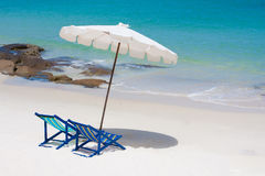 Mirada de la silla de playa alrededor de la opinión del mar Imagenes de archivo