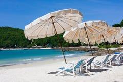 Mirada de la silla de playa alrededor de la opinión del mar Foto de archivo libre de regalías