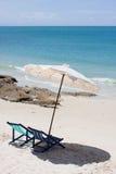 Mirada de la silla de playa alrededor de la opinión del mar Imagen de archivo