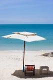 Mirada de la silla de playa alrededor de la opinión del mar Foto de archivo