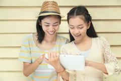 Mirada de la tableta Imagen de archivo libre de regalías