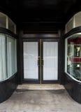 Entrada de cristal de la puerta del vintage al por menor cerrado Imágenes de archivo libres de regalías