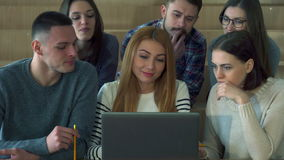 Mirada de los estudiantes en la pantalla del ordenador portátil metrajes