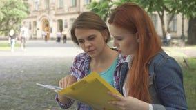 Mirada de los estudiantes en un poco de diario en campus almacen de video