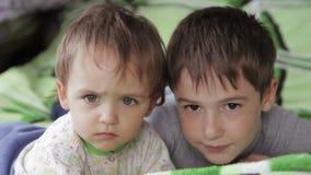Mirada de los niños en la cámara metrajes