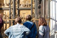 Mirada de los turistas en puertas del este del baptisterio Imagen de archivo libre de regalías